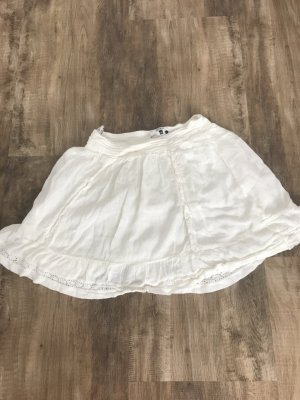 Kurzer Sommerrock im Weiß