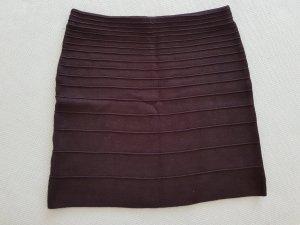Kurzer Stretchrock mit zierlichen Nähten in schwarz von Promod