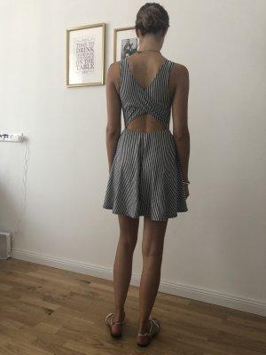 Kurzes, ausgestelltes Kleid mit cut-out Hollister