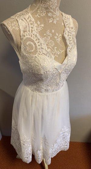 Kurzes Brautkleid aus Spitze und Tüll