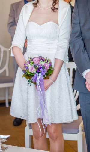 Kurzes Brautkleid mit Bolero