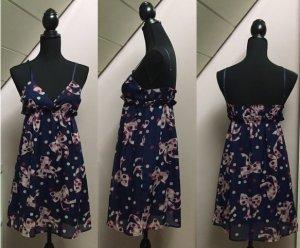 Kurzes dunkelblaues Kleid mit Schleifchen- und Pünktchenmuster
