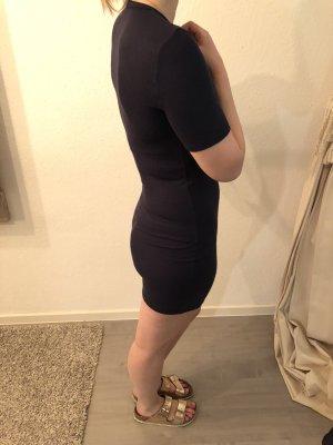 Kurzes eng geschnittenes Kleid