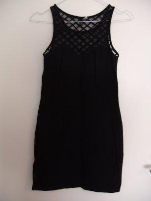 Kurzes enganliegendes schwarzes Kleid mit feinmaschigem Netzeinsatz am Dekolleté