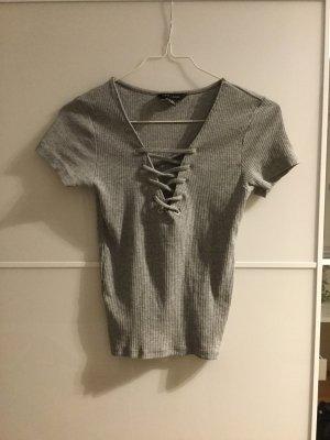 Kurzes enges T-Shirt mit geschnürtem Ausschnitt