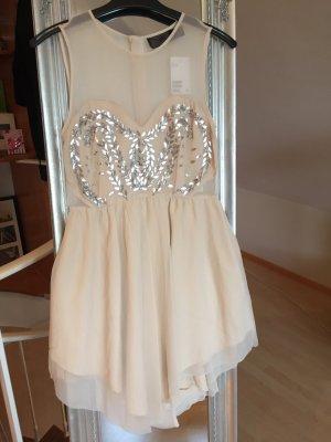 kurzes feines Kleid mit silbernen Blätterapplikationen