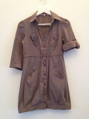 Kurzes gestreiftes Hemdkleid mit verstellbaren Ärmeln