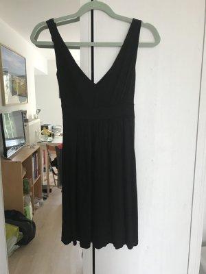 kurzes hübsches schwarzes Basic-Kleid
