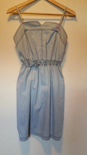 Kurzes Jeanskleid mit abnehmbaren Trägern