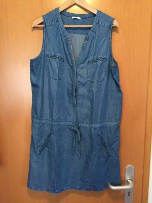 Kurzes Jeanskleid mit Schnürung
