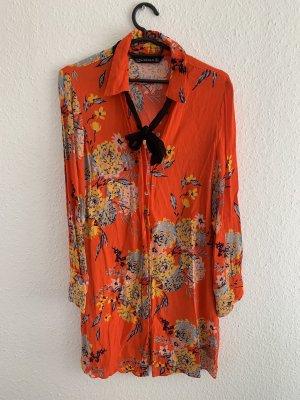 Kurzes Kleid in auffälligen Farben