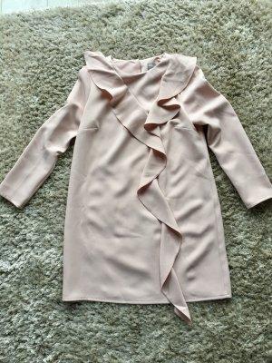 Kurzes Kleid in babyrosa mit zentralem Volant