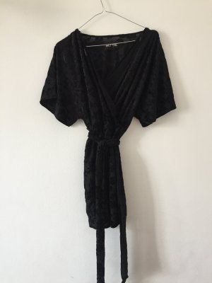 kurzes Kleid in Wickeloptik mit Gürtel