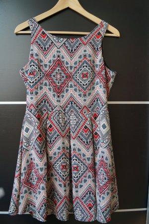 Kurzes Kleid mit abstraktem Muster
