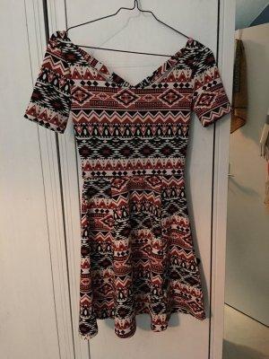 Kurzes Kleid mit auffälligen Mustern