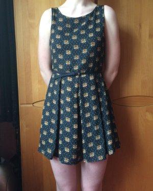 Kurzes Kleid mit Gürtel