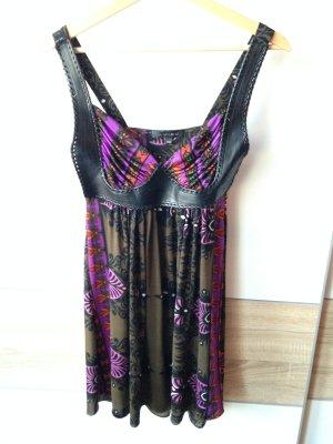 Kurzes Kleid mit Ledereinsätzen für ein zauberhaftes Dekolleté #newyorker