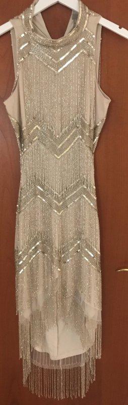 Kurzes Kleid mit Perlen