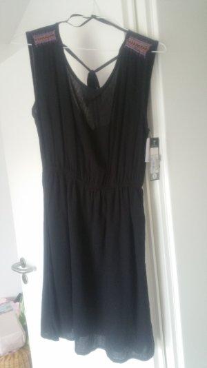 Kurzes Kleid mit Perlendetails und schönem Rückenausschnitt