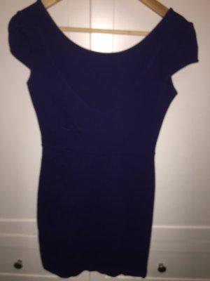 Kurzes Kleid mit Rückenausschnitt