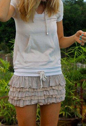Kurzes Kleid mit Rüschen NEU