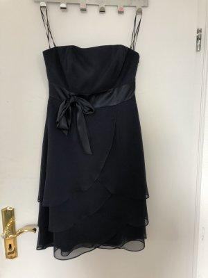 Kurzes Kleid mit Schlaufe