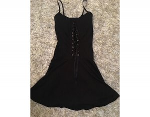 Kurzes Kleid mit Schnürung