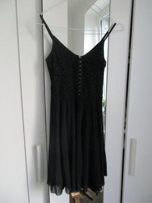 kurzes Kleid mit Spitze