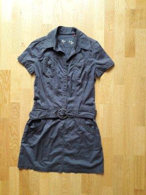 kurzes leichtes graues Kleid