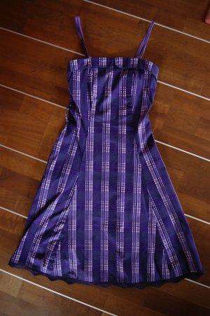 Kurzes lilafarbenes Kleid