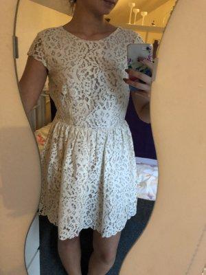 Kurzes Nude/Creme Kleid aus Spitze