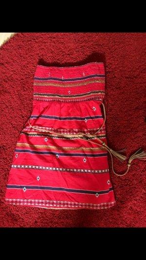 Kurzes rotes Sommerkleid mit Muster