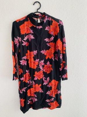 Kurzes schickes Kleid mit Blumenmuster