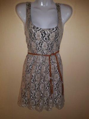 Kurzes schickes Kleid mit Spitzenbesatz