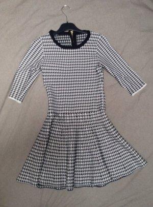 Kurzes schwarz-weiß Kleidchen im Petticoat Style