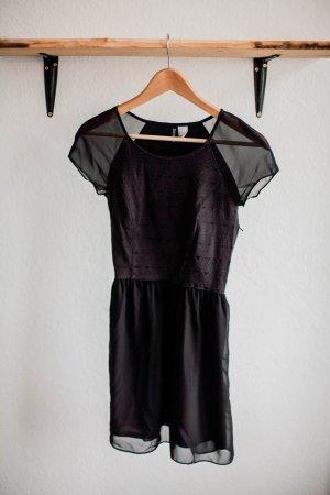 Kurzes schwarzes Cocktailkleid mit geometrischem Muster