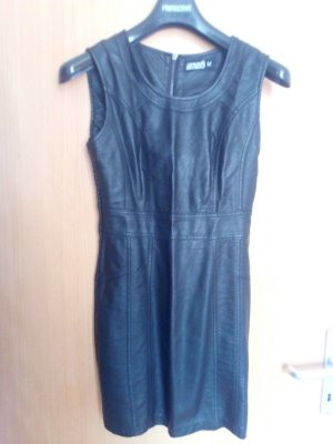 Kurzes,schwarzes Kleid in Lederoptik