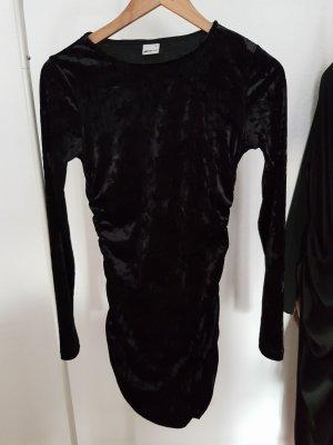 Kurzes schwarzes Kleid in Samtoptik