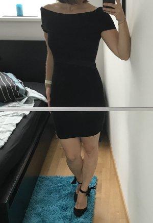 Kurzes schwarzes Kleid mit Carmen-Ausschnitt