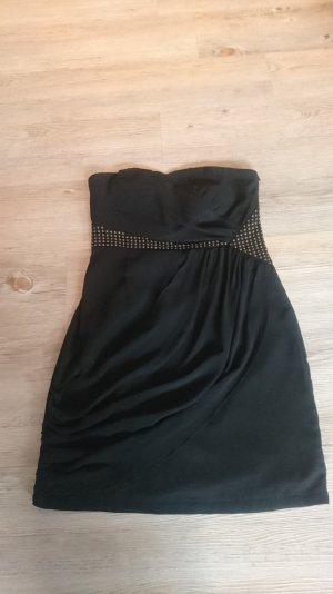 Kurzes schwarzes Kleid mit Nieten