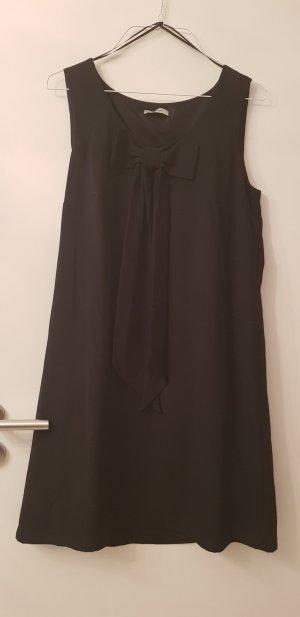 kurzes schwarzes Kleid mit Schleife