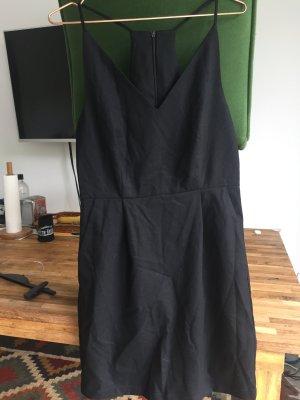 Kurzes schwarzes Kleid mit schönem Rücken