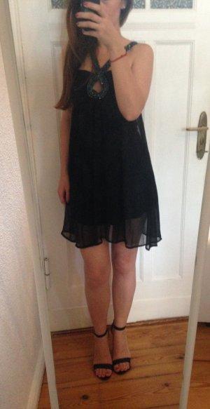 kurzes schwarzes Kleid mit Strasssteinen