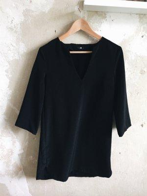 Kurzes schwarzes Kleid mit V-Ausschnitt