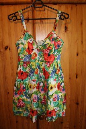 kurzes Sommerkleid mit Blumenmuster