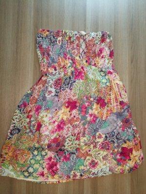 kurzes Sommerkleid mit Schnürung am Rückung