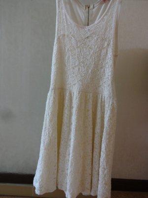 kurzes Sommerkleid mit Spitze