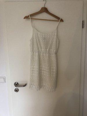 Kurzes spitzen Sommerkleid, weiß