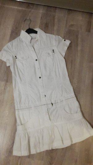 Kurzes weißes Kleid.