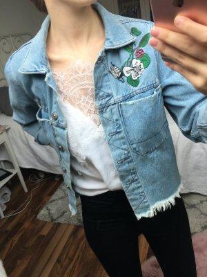Kurzgeschnittene Jeansjacke mit Blumen